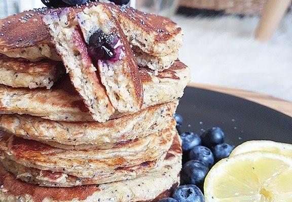 Pancakes moelleux myrtilles, citron et graines de pavot