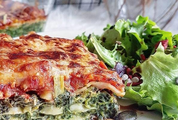 Lasagnes végétariennes épinards à la crème de soja, chèvre et sauce tomate