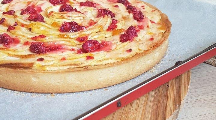 Tarte pommes, framboises, pâte sablée vanille/amande, crème d'amande et compotée de pommes vanillée.