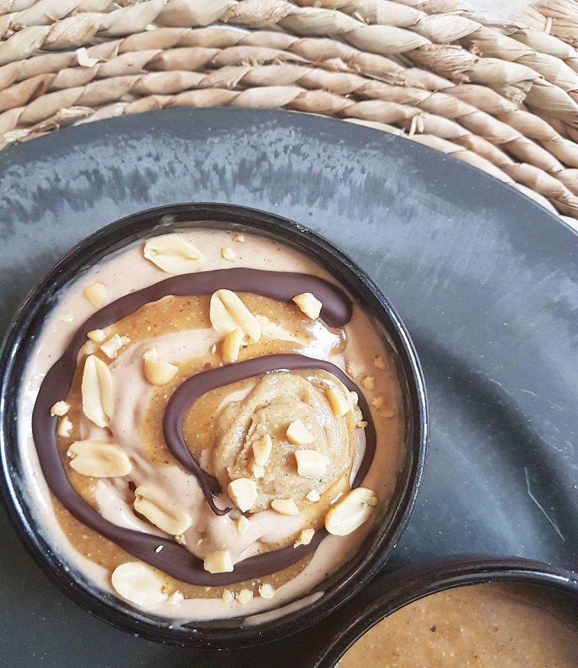 Nice cream façon Snickers et sauce caramel crue minute healthy et vegan