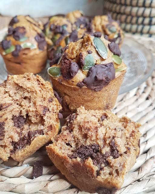 Muffins épicés à la purée de potiron, chocolat noir et graines de courge sans matières grasses, sains et vegan