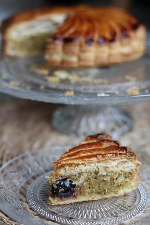 Galette des rois pistache et griottes amarena facile : faire une galette de pro avec de la pâte feuilletée industrielle c'est possible !