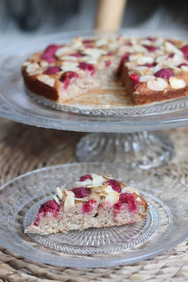 Gâteau moelleux amandes, framboises et banane vegan, sans matières grasses ajoutées