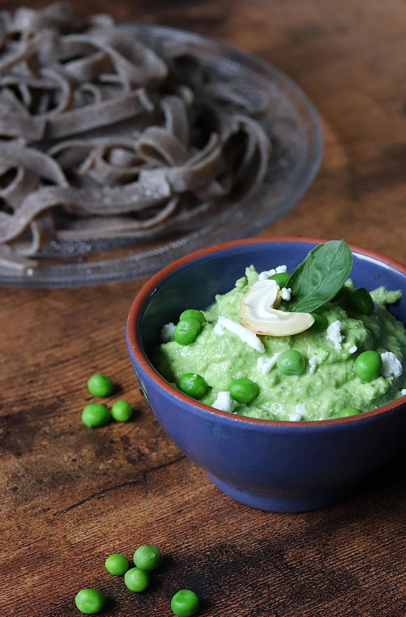 Pesto vert de petits pois et basilic, féta et noix de cajou