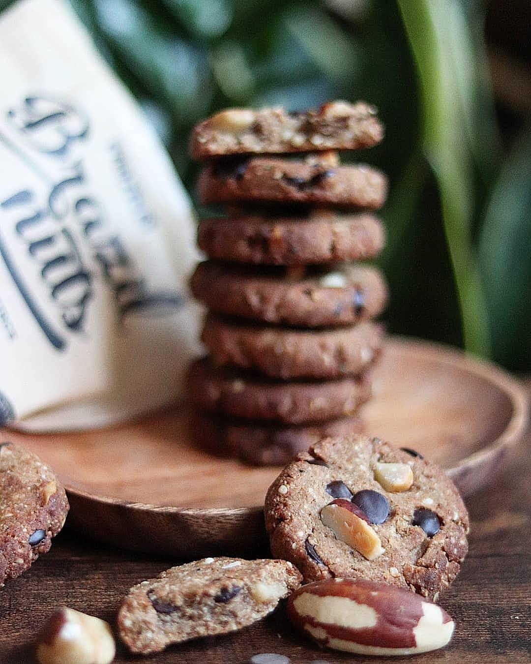 Cookies chocolat noir et noix de macadamia ou noix du Brésil, au sel de Guérande, sarrasin et sucre de coco, sans gluten, vegan, à IG bas