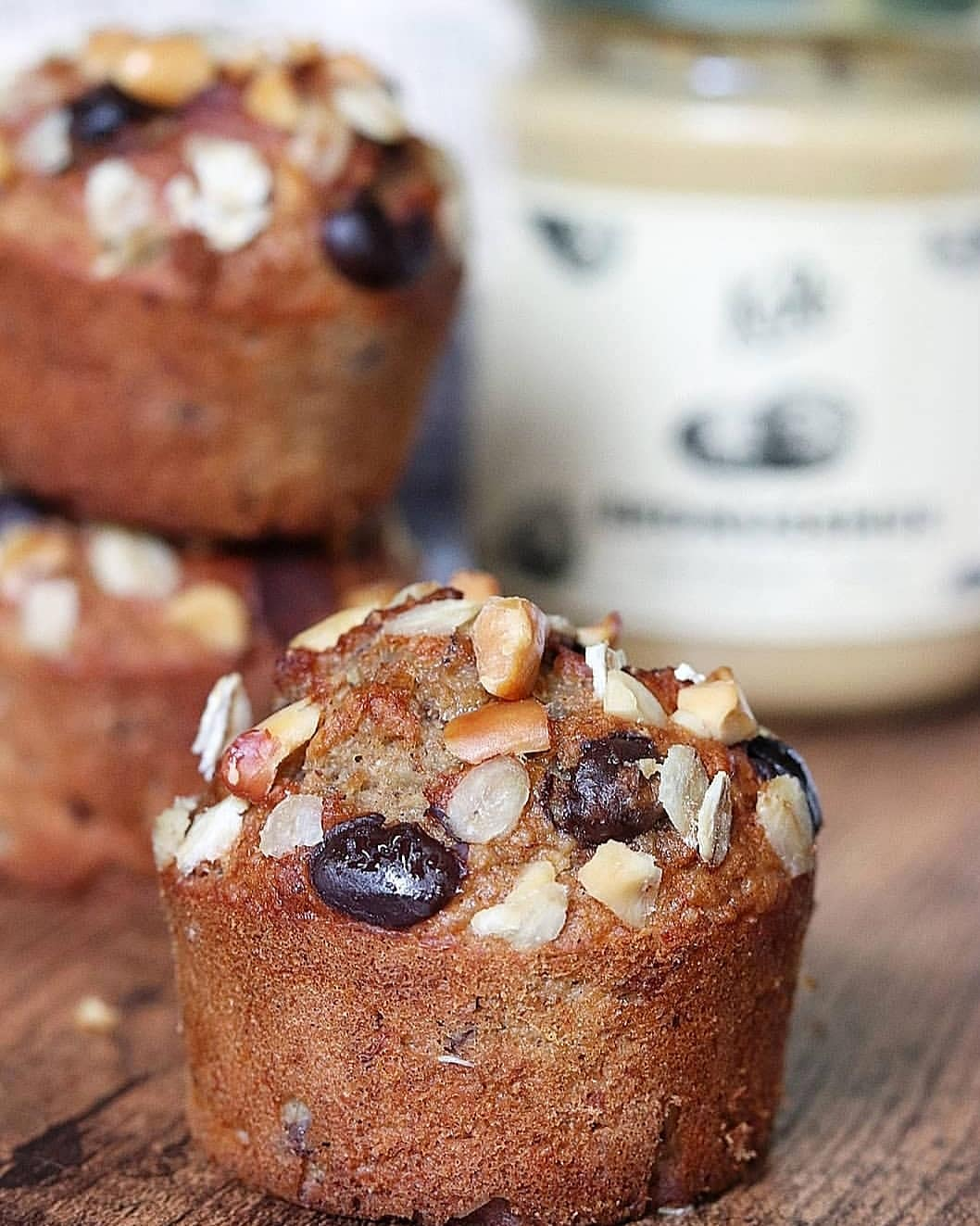 Banana bread muffins aux pépites de chocolat noir et beurre de cacahuètes (sans sucres, sans MG ajoutées, à IG bas et sans lactose)
