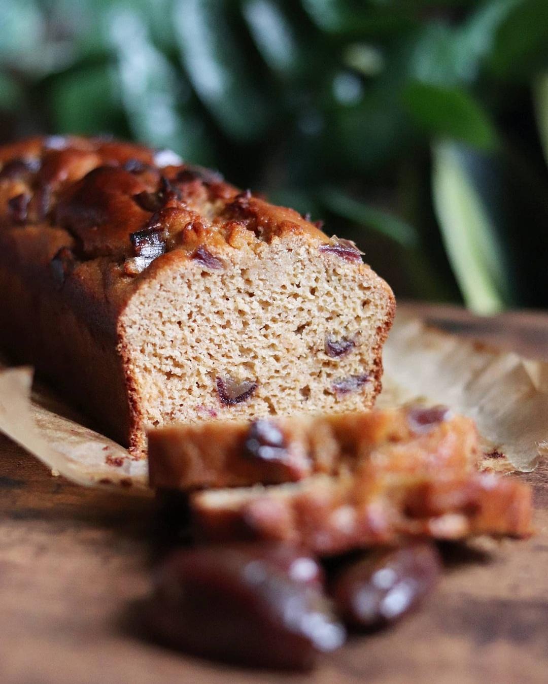 Cake moelleux aux dattes, miel, cannelle, gingembre, amande et fleur d'oranger. Sans sucres ajoutés, sans MG